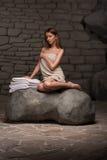 Kvinna som kopplar av i brunnsortsemesterort Fotografering för Bildbyråer