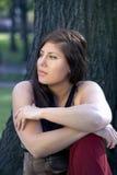 Kvinna som kopplar av i park Arkivbild