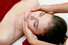 Kvinna som kopplar av i skönhetbehandlingen, ansikts- massage Royaltyfria Foton