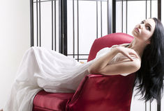Kvinna som kopplar av i stol Arkivbilder