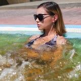 Kvinna som kopplar av i termiskt vatten royaltyfria bilder