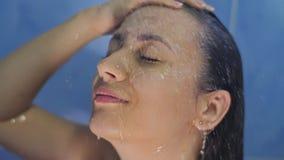Kvinna som kopplar av, medan ta en dusch lager videofilmer