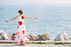 Kvinna som kopplar av nära sjön Garda Arkivbild