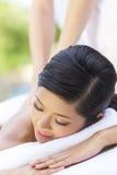 Kvinna som kopplar av på den vård- Span som har massage Royaltyfria Foton