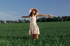 Kvinna som kopplar av på fält Arkivfoto