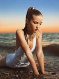 Kvinna som kopplar av på stranden Arkivfoton