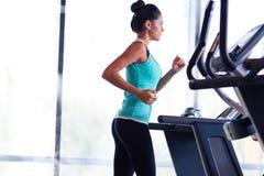 Kvinna som kör på treadmillen Royaltyfri Bild