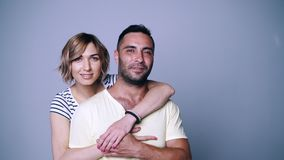Kvinna som kramar hennes man stock video