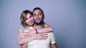 Kvinna som kramar hennes man arkivfilmer