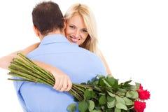 Kvinna som kramar pojkvännen Arkivfoton