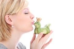 Kvinna som kysser henne grodaprince Royaltyfria Bilder