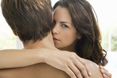 Kvinna som kysser på mans hals Arkivfoton