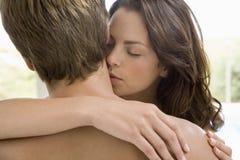 Kvinna som kysser på mans hals Royaltyfri Foto
