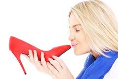 Kvinna som kysser röda häl Arkivfoto