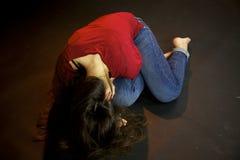 Kvinna som lägger på jordningen på gatan efter sexuellt våld Fotografering för Bildbyråer