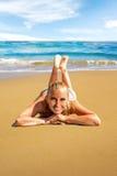 Kvinna som lägger på stranden Arkivbilder