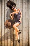 Kvinna som lägger på trägolv Royaltyfria Bilder