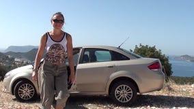 Kvinna som lämnar bilen öppen stock video