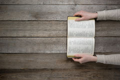 Kvinna som läser bibeln i mörkret Arkivbild