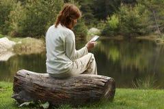 Kvinna som läser den digitala boken Royaltyfri Foto