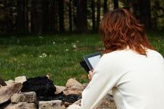 Kvinna som läser den digitala boken Royaltyfria Foton