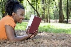 Kvinna som läser en bok Arkivbild