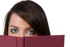 Kvinna som läser en bok Royaltyfri Fotografi