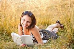Kvinna som läser en bok Royaltyfria Bilder