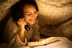 Kvinna som läser en bok arkivbilder