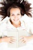 Kvinna som läser en bok arkivfoton