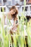 Kvinna som läser en bok Royaltyfria Foton