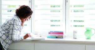 Kvinna som läser en roman 4k stock video