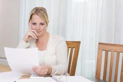 Kvinna som läser ett brev royaltyfria bilder