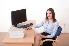 Kvinna som läser ett dokument i kontoret Arkivbild