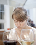 Kvinna som läser menyn Royaltyfri Foto