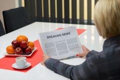 Kvinna som läser om breaking news Arkivbilder