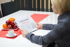 Kvinna som läser om cyberattacker Royaltyfria Foton
