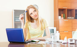Kvinna som läser om mediciner på internet Arkivbild