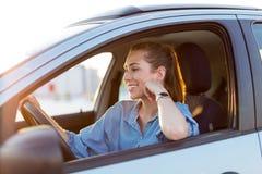 Kvinna som l?per med bilen royaltyfria bilder