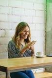 Kvinna som laddar upp ett foto av hennes kaffe till socialt massmedia Royaltyfri Fotografi