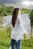 Kvinna som laddas med energi Arkivbild