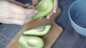 Kvinna som lagar mat avokadot stock video