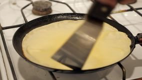 Kvinna som lagar mat i hemmastatt kök och steker pannkakor stock video