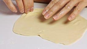 Kvinna som lagar mat och fördelar en deg med kavlen stock video