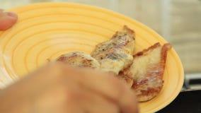 Kvinna som lagar mat sötpotatisquesadillaen arkivfilmer