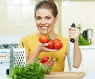 Kvinna som lagar mat sund mat i köket arkivbild