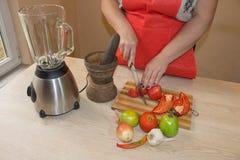 Kvinna som lagar mat sunt mål i köket Laga mat hemmastadd sund mat kök som förbereder grönsakkvinnan Royaltyfri Bild