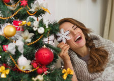 Kvinna som leker med julgrangarneringen Arkivbilder