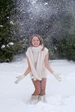 Kvinna som leker med snow Royaltyfri Bild