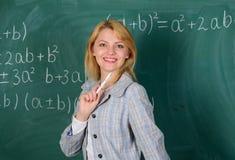 Kvinna som ler bakgrund för svart tavla för utbildareklassrum Arbetsförhållanden för lärare Hon gillar hennes jobb Dra tillbaka t arkivbilder